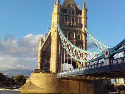 Paris, Montaigne This monument, the tower Bridge was create the 30 juin 1894 in London. Je crois que cette image a un rapport à l'anglais.