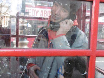 Cette photo est a Londre dans une cabine téléphonique avec mon frère et moi ! Nous nous amusions tellement bien.