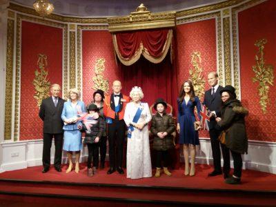 Bonjour. Anita LOZANO 6ème1 de Marange SIlvange collège les gaudinettes Un souvenir de Mme TUSSAUD à Londres de moi et ma famille avec la famille royale merci