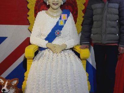 """Collège """"Saint Exupéry"""" Belleville sur Vie (85170 FRANCE) Pose avec la reine d'Angleterre (Hamleys Londres)"""