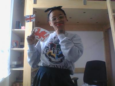 Collège Saint-Louis à Villemonble. Petite photo sur le thème anglais avec un trèfle à quatre feuilles, le drapeau anglais une jupe écossaise, un pull Harry Potter, le dragon du Pays de Galle et le drapeau de l'Union Jack.