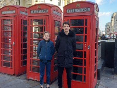 Bagnols sur Ceze dans le gard college St Jean. Voici une photo de moi a Londres lors d'un voyage en Fevrier. Je suis le plus petit des deux garçons, c'est moi Jonas PULCI le blond