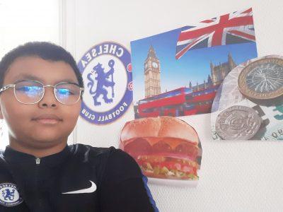 Sevran, collège Georges Brassens , pour ma photo j'ai mis des photos qui font ressemblance a l'Anglais avec un : burger , une image de l'Angleterre et une image du club de football de Chelsea . ( Le football a été créer en Angleterre le 26 Octobre 1863 ) .