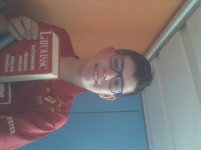 Carpentras, College François Raspail. Une photot de moi avec un dictionnaires d'anglais et un tee-shirt Manchester United.