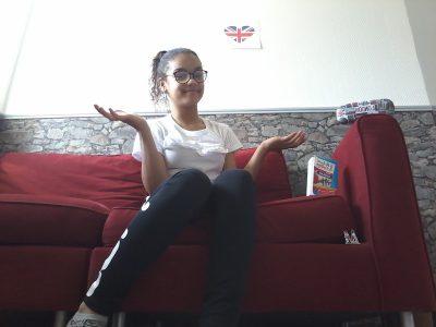 Ville : Joigny , college Marie Noel   Sur la  photo, je montre que j'aime l'anglais .