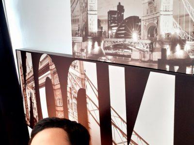 Photo devant un tableau de tower bridge Souhaybe El ouasst  DUGNY Collège jean Baptiste Clément