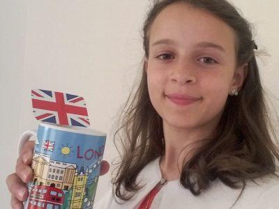 """Bonjour, Je m'appelle Blanche Huguet du Lorin, J'habite à Orléans,et je suis scolarisée au collège Saint Charles. Je me suis habillée en bleu rouge et Blanc comme le drapeau Anglais, j'ai pris une tasse de Thé de Londres,("""" London"""" sur la tasse) dans laquelle j'ai mis un drapeau que j'ai confectionné. A Bientôt  Blanche  Huguet du Lorin"""