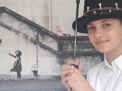 """LA CRAU, collège du FENOUILLET. Œuvre de Bansky, à Londres. """"La petite fille au ballon""""."""