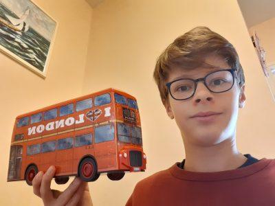 """Voisenon, collège Nazareth-la-salle, ceci est une photo d'un puzzle fait en 3D qui représente le bus de Londres, il sert aussi à mettre c'est stylo ou autre objet de travaille. Sur ce bus est marqué """"I love London"""" Je trouve que Londres est une très belle ville."""