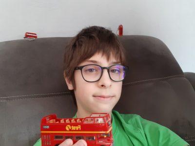 Bonjour  Voici ma photo de moi avec 2 bus et 1 cabine téléphonique   Benjamin Pierret 51100 Reims Collège Notre-Dame