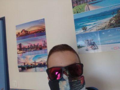 Ville : Lanester  Collège : Notre Dame du Pont Nom et Prénom : Ewen Rivière Commentaire : De ma chambre j'ai voyagé à Londres, New York, Sydney, Hawaii, Californie, Floride pendant cet interminable confinement. Et bien sûr je n'ai pas oublié de mettre mon masque ''Spécial London'' pour faire ses ecapades de ma chambre !