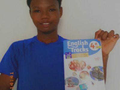 Roura.collège Saint Paul de cacao  Je choisi le livre d'anglais pour faire la photo, car le livre est en rapport avec le big challenge. J'aime beaucoup l'anglais et je souhaite vraiment gagner ce concours.