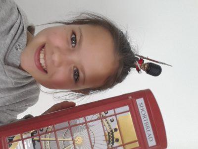 Éleve du college du parmelan a Groisy Voici une photo de moi avec un soldat anglais et une cabine téléphonique!