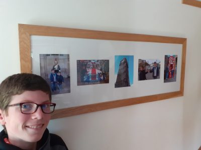 Ville: Teloche Collège: St Jean Baptiste de la Salle J'ai choisi un cadre photo représentant notre séjour à Londres: un garde, la mini avec Mr Bean, Big Ben, le pouce géant de Trafalgar Square et une cabine téléphonique.