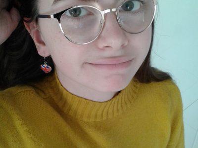 """""""Regardez mes jolies boucles d'oreilles !""""  Collège de Kerallan à Plouzané 29280"""