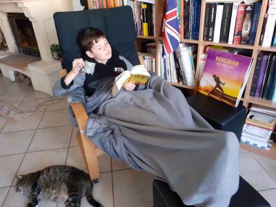 """Photo prise à Adelange, par HETTINGER Hugo montrant HETTINGER Mathias se prélassant avec sa tasse de thé. Elèves du collège Louis Pasteur de Faulquemont. """"Encore une journée pleine d'action et de rebondissements"""""""