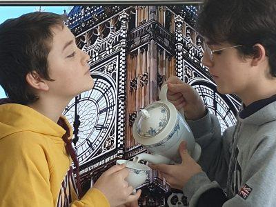 Brumath, Collège de brumath.   Légende : Mon majordome et moi nous rafraichissent devant un bons verre de thé au citron.