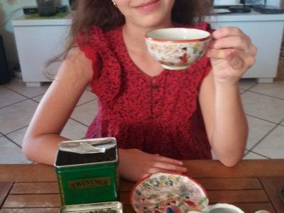 Une petite pose pour boire du thé .   Cup of tea for tea time.