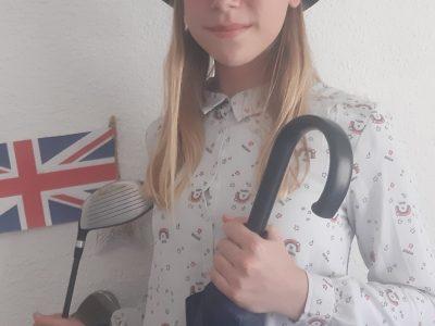 Le Collège Jasmin-les-Iles, 47000 AGEN  Pour ma photo, j'ai choisi de porter le chapeau melon, qui repésente le style Anglais, avec bien entendu son parapluie, et puis j'ai voulu mettre aussi les club de golf, car je crois que c'est en Angleterre que le golf a été inventé.
