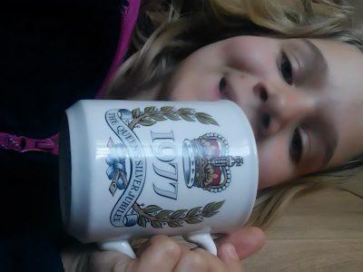 Delle Jules-Ferrry  une tassa ou il y a marquer 1977 The Queen's Silver Jubilee  la tasse que mon papi ma offère quand sa maman est aller en Angleterre