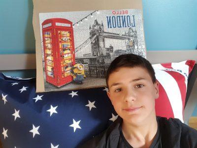 Pontoise Notre-Dame de la Compasion Commentaire:le pouls avec le drapeau des Etats Uni où l'on parle anglais et le puzzle avec le pont Tower Bridge de Londre.