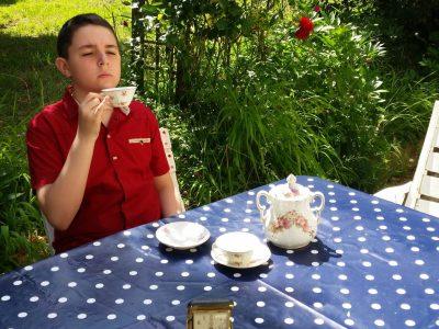 """Français :  Cette photographie montre une personne buvant le thé pendant le """"tea time"""" (Il est 17h). Département : Les Hauts-De-Seine. Ville : Boulogne-Billancourt. Ecole : Saint Joseph du Parchamp. Niveau : Cinquième. Classe : 52. Élève : Adam CHENDEB.   This photograph shows a person drinking tea during tea time (It is 5 pm). Department: Les Hauts-De-Seine. City: Boulogne-Billancourt. School: Saint Joseph du Parchamp. Level: Fifth. Class: 52. Student: Adam CHENDEB."""