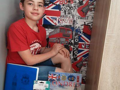 Laon julien bonnaire collège Charlemagne,   Voici ma photo avec des objets anglais: mon t-shirt avec de l'écriture anglaise,mes fléchettes,mon cahier d'anglais,un livre sur Londres et des figurines représentant une boîte au lettre et une cabine téléphonique londonienne