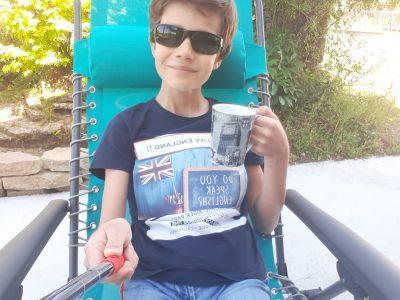 """Bonjour, Je m'appelle Raphaël Lancien, je viens du collège Saint Joseph à Saveney et j'habite à Vigneux de Bretagne.  C'est l'heure du """"tea time"""" !! Voici ma photo où je profite du soleil sur mon transat et je bois mon thé dans ma tasses anglaise. Cordialement"""