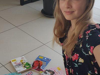 Agen, collège Jasmin-Les-Iles Voici ma photo avec 6 livres de la même collection qui commencent en français et se transforment petit à petit en anglais. Les histoires sont passionnantes! Il y a aussi un mini drapeau anglais et une Livre Serling de 10 pence. Ilana ROBERT