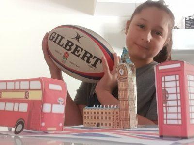 Photo avec des symboles historiques de Londre et un ballon de rugby en référence au fait que l'angleterre ai créé le rugby   Collège henri 4 Meulan