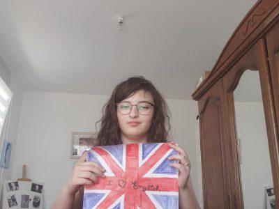 Valenciennes, collège Sainte marie. J'adore l'anglais, j'écoute tout les jours de la musique en anglais.