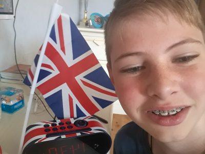 Mon collège se trouve à Hochfelden, il s'appelle Collège Gustave Doré. C'est une photo de moi avec mon réveil qui a le drapeau de la grande Bretagne dessus et il y a aussi le drapeau de la grande Bretagne que j'ai gagné au précédent Big Challenge.