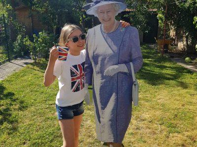 AMIENS  Collège Amiral Lejeune    Pour l'occasion, Sa Majesté a gentiment accepté de poser avec moi dans mon jardin. Quelle chance !!