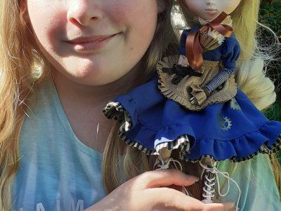 Collège Pablo Neruda.Moi et ma petit poupée sur le theme steampunk voila la petit photo pour le concour Big challenge