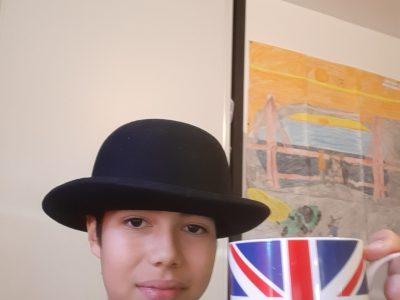 GUILLEMOIS collège de l Europe, ville Bourg de péage. Voila un vrai chapeau melon typiquement anglais UN VRAI !!!!!!   Plus une tasse à l anglais!!!!!!!!