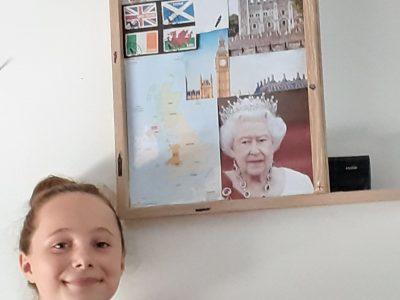 Ma ville est Montauban et le nom de mon  collège est St Théodard. Sur ma photo il y a la reine d'Angleterre, la Tour de Londres(Tower of London), une exemple de breakfast, des élèves, big ben, les drapeaux de l'Écosse, Angleterre, Irlande et des pays Galles et une carte des îles britanniques           #enjoyenglish