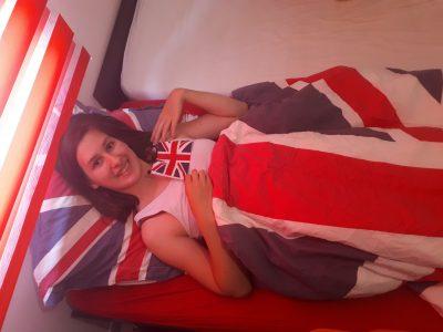Bonjour , Je m'appelle Camylle BARAY, j'ai 12 ans et demi. Je suis une grande fan de l'Angleterre, j'aimerais beaucoup visiter ce pays surtout les studios Harry POTTER que je n'ai malheureusement pas pus visiter lors du voyage scolaire car j'étais en fauteuil roulant à cause de mon pied.  Dans ma chambre j'ai :  1- des tableau de Londres et de l'underground  2- ma couette et mon oreiller (drapeau de l'Angleterre) 3- un drapeau que j'ai acheté lors de mon voyage scolaire en CM2 au DIY DAY 44  4- des étagères couleurs rouge pour justement l'Angleterre et gris car il n'y avait pas de bleu ni de blanc. 5- mon réveil avec le drapeau anglais sur le dessus. 6- ma porte de chambre couleur rouge comme l'Angleterre 7- un store rouge comme l'Angleterre.  Vous l'aurez donc compris j'aime beaucoup ce pays.                                                                            Collège Charles de Foucauld Beaupreau 49600 Beaupréau-en-Mauges. Camylle Baray 5C