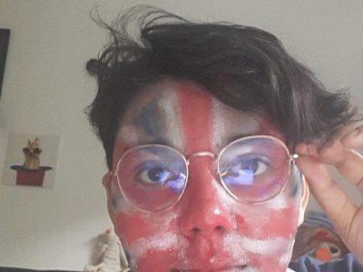 LYON - COLLEGE DES CHARTREUX SAINT-CHARLES - DISA ELEONORE -  5EME A  Je dois me prendre en photo avec quelque chose qui rappelle l'anglais? Très bien alors pourquoi je ne me PEINDRAIS PAS LE DRAPEAU DU ROYAUME-UNIS sur le visage?!  ( Oui j'ai vraiment fait ça et oui je l'ai fait toute seule)