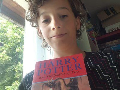 Selfie de moi avec le livre harry potter en anlais