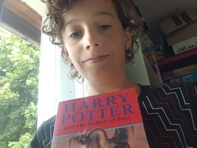 Photo de moi avec le livre harry potter l originale en anglais