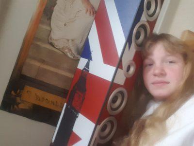 """LURE collège Albert Jacquard  J'ai choisis cet objet car pour moi c'est cette tour qui représente le plus l'anglais chez moi. Mon frère me l'a offerte quand il est allé faire un voyage à Londres. J'ai pris ce selfie devant mon poster de la grosse dame """" Password"""" de """"Harry Potter"""".  Bonne journée.  BASILICO ANAIS"""