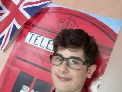 je suis habiller avec un T-shirt rugbiman Ireland avec un posteur d'une cabine téléphonique Londonienne avec un drapeaux du UNited Kingdom.