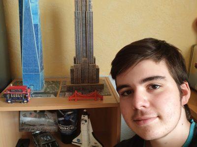 Tom GEORGIEVSKI, en 3e2 au Collège André Boulloche de Bart dans le Doubs (25). Les tours sont des puzzles 3D que j'ai construits, et les différents objets sont des souvenirs de voyage, dans l'Ouest des Etats-Unis en 2012 et en Floride en 2016.