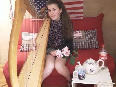 Je m'appelle Sidonie PINEAU et je vis å Parthenay. Je suis élève au collège PIERRE-MENDES FRANCE de Parthenay. Sur ma photo, plusieurs élèment évoquent différents pays anglophones : l'Irlande est représentée par Ma harpe celtique (Je suis harpiste), l'Ecosse par ma jupe à carreaux (référence aux kilt), les États-Unis par le drapeau, mon foulard, et la bouteille de Coca-Cola, symbole de ce pays, et l'Angletterre est symbolisée par la rose, la théière et la tasse.  J'ai également disposé des livres d'auteurs anglais, tels que Harry Potter (et la ticket pour la voix 9 3/4) ainsi qu'un roman policier d'Agatha Cristies (Témoin à Charge).