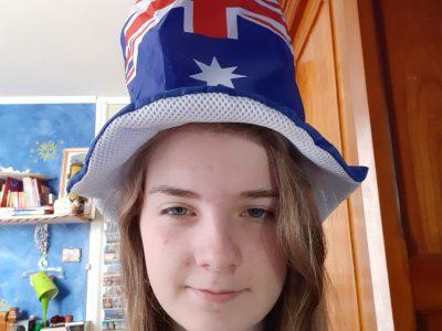 Le nom de mon collège est le collège Marcel Pagnol à Saint Ouen l'aumône. Je me suis prise en photo avec ce chapeau car les australiens le porte lors de leur fête nationale, c'est une australienne qui me l'a apporté.