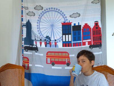 Ville : Mougins Collège : Les Campelières  Un bon petit thé sur une terrasse à Londres. (Hélori PROVOST)