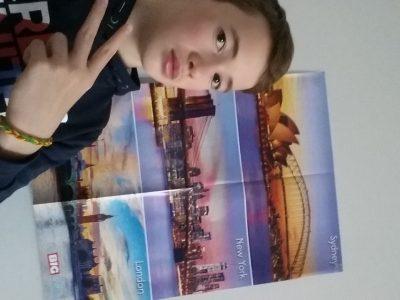 VILLE : VARENNES SUR ALLIER COLLEGE : ANTOINE DE SAINT EXUPERY  Bonjour, voici ma photo devant un poster que j'avais remporté l'année dernière pour le BIG CHALLENGE. Ce n'est pas une photo comportant beaucoup de mots anglais, mais ce poster montre trois villes où l'on parle l'anglais : Sydney, New York et Londres donc j'espère qu'il vous plaira. Bonne journée !!