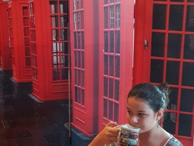 La ville: Pau Collège: Saint Dominique Commentaire: Je me suis invitée a boire un thé au lait à Londres. Pour cette occasion j'ai mis mon t-shirt préféré de Londres. J'ai demandé au serveur de m'apporter pour déguster mon thé, un mug spécial London !!! C'était une superbe journée dans ma ville adorée.      Adriana Salcedo 5°C