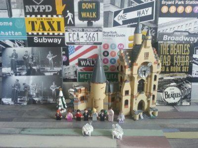 """Arc-Les-Gray , Collège Robert&Sonia Delaunay . Emeric Garnier 12 ans 6°2 .  Lego La tour de l'horloge de Poudlard d'Harry Potter  et le groupe légendaire d'Angleterre """" The  Beatles """""""