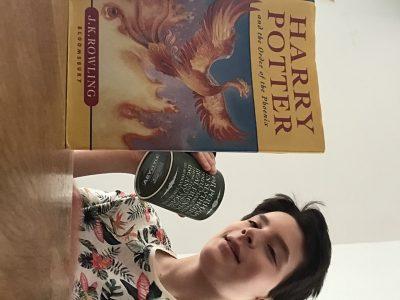 Collège Louez dieu à Anzin-Saint-Aubin. Rien de meilleur que de lire Harry Potter avec une cup of tea ... avec un nuage de magie .